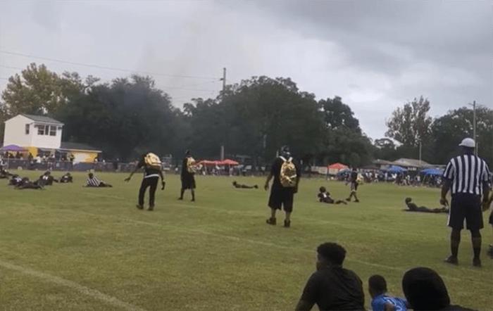 Неизвестный устроил стрельбу на футбольном матче в США (Видео)