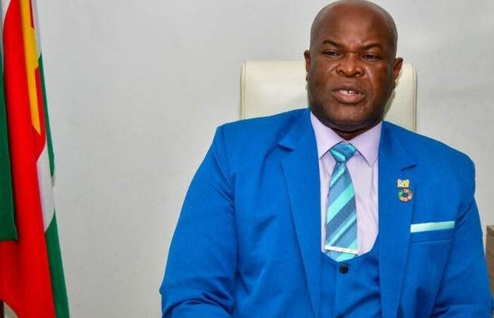На вице-президента Суринама завели дело за раздачу денег после футбольного матча – видео